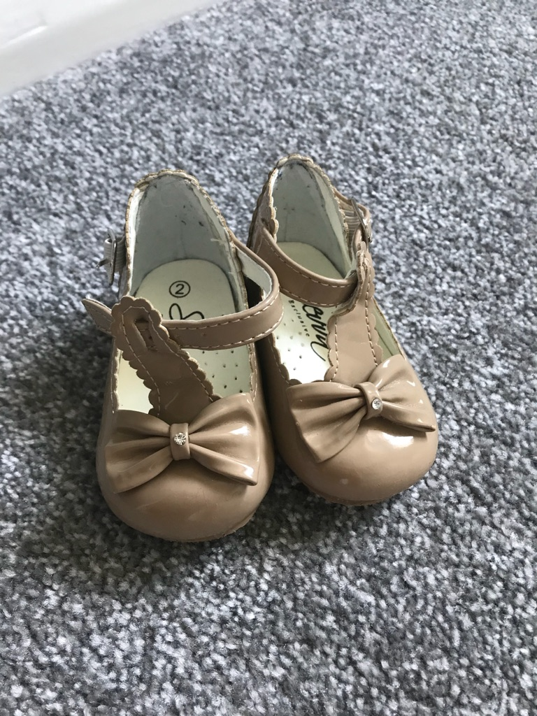 Caramel patent baby shoes