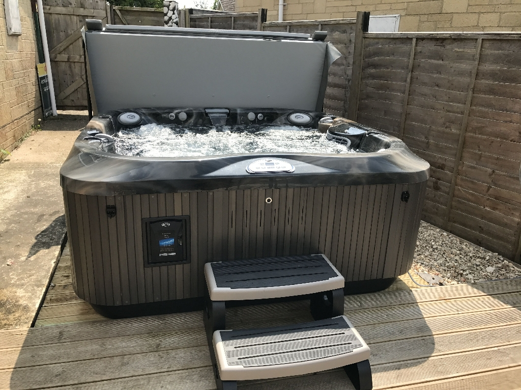 Jacuzzi hot tub with cover and step