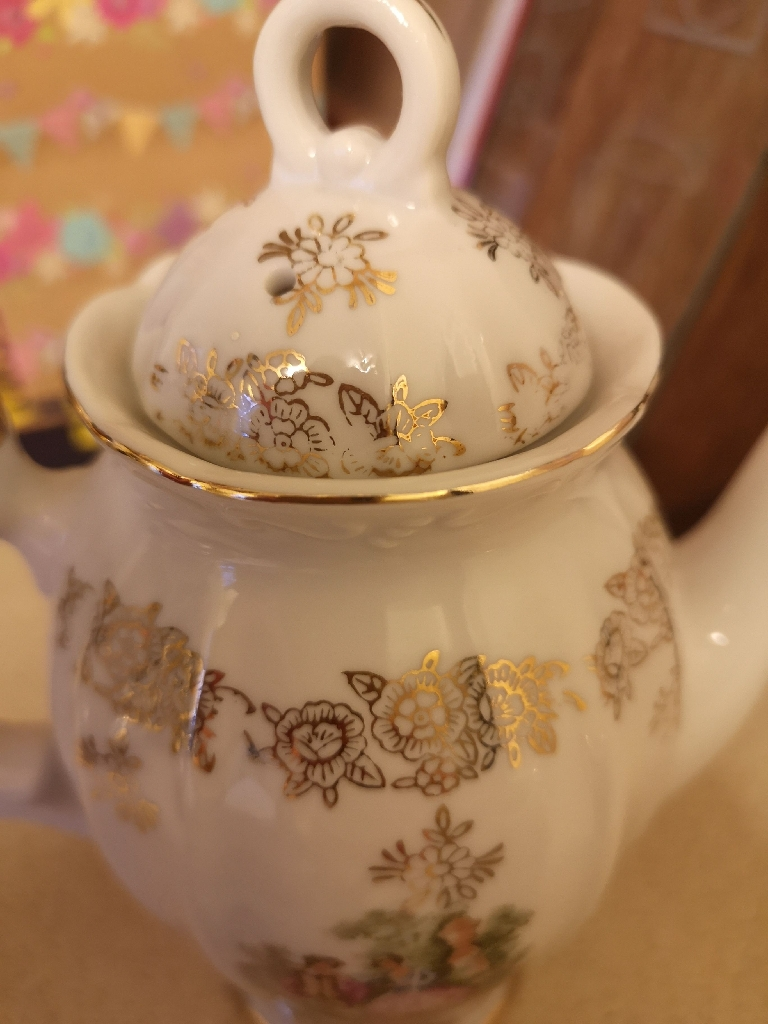 Ornamental size tea set