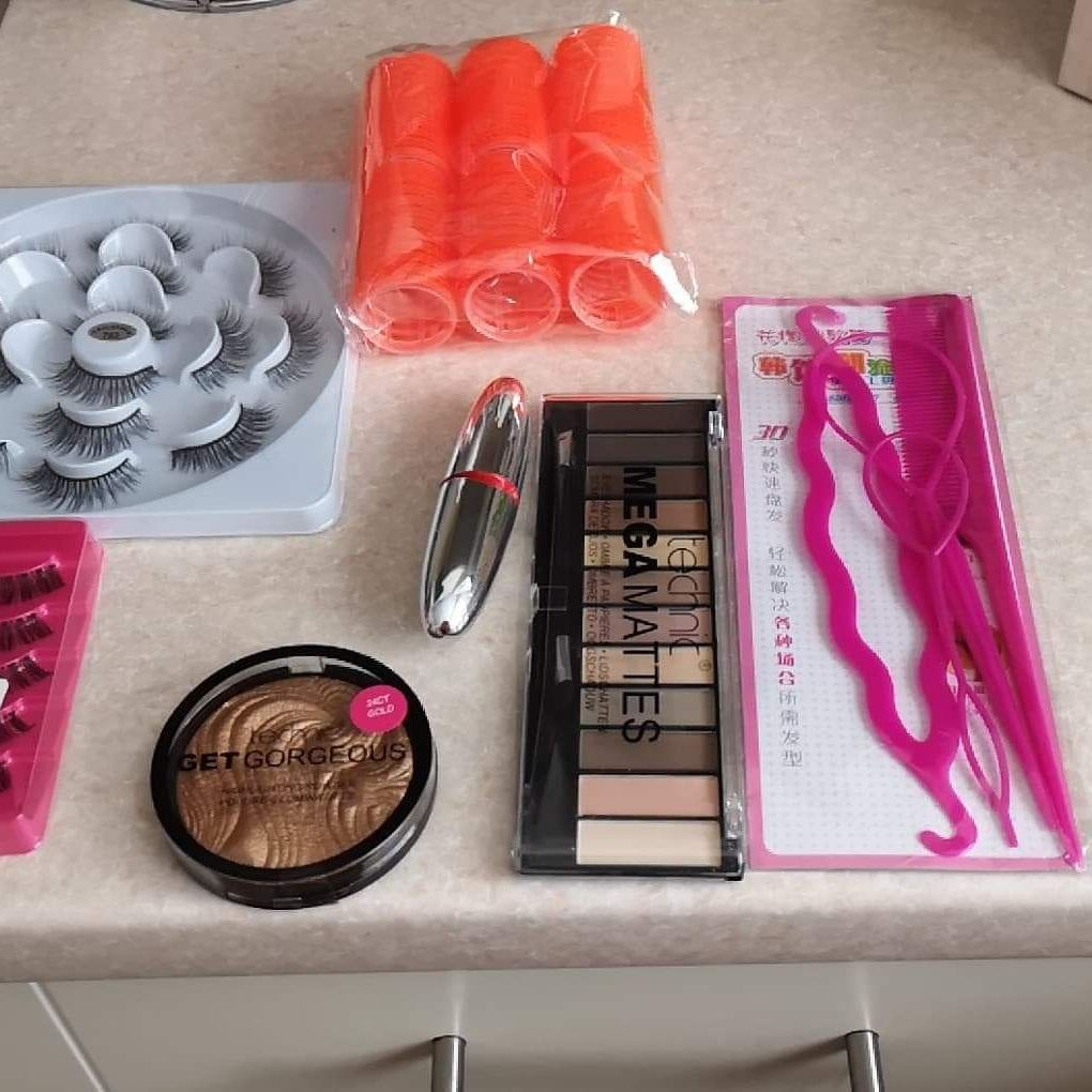 X2 fake eye lashes lipstick hair culerw highlighting powdrt and hair accessories