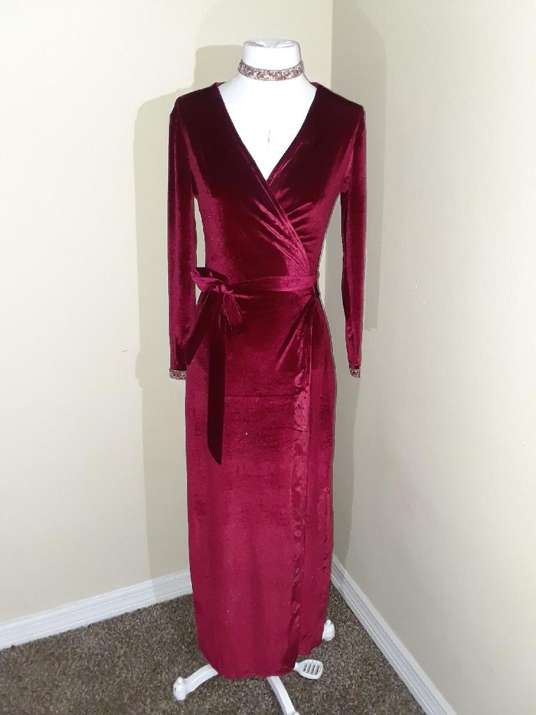 Velvet dress comes with choker