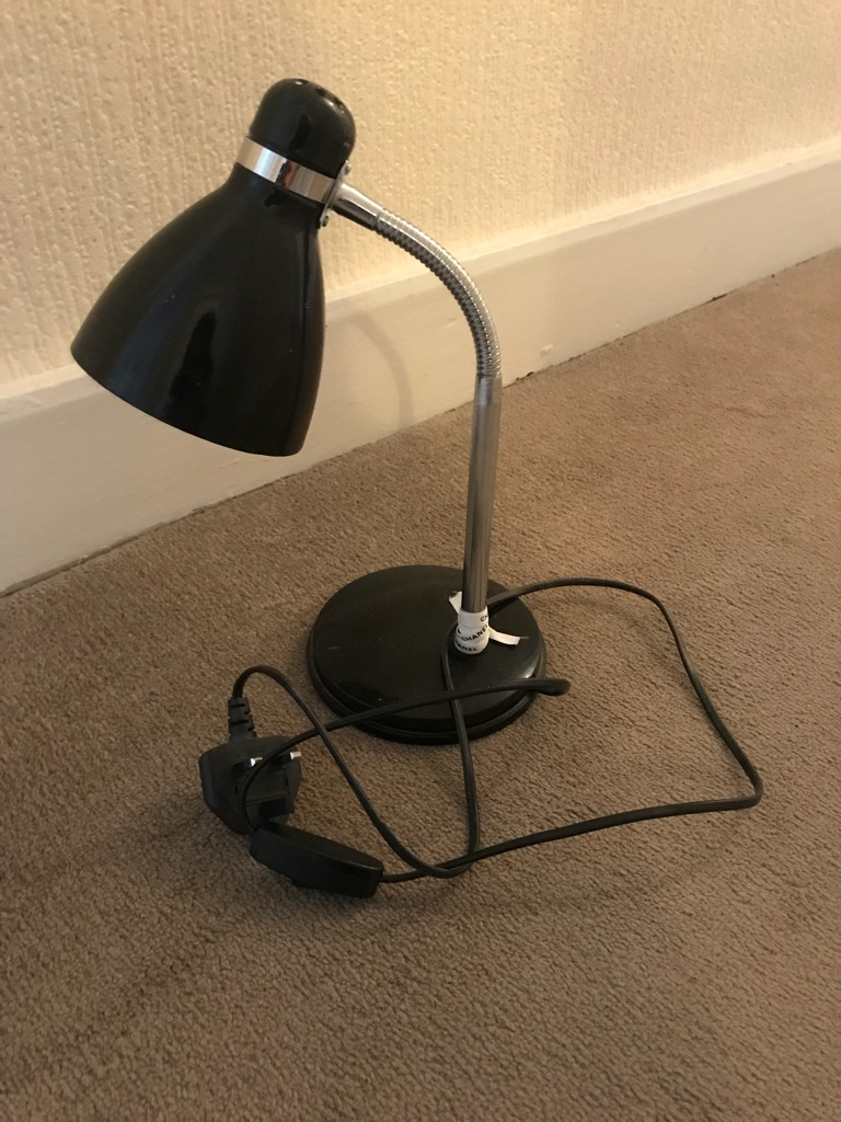 Black desk lamp / table lamp with a bulb that works well