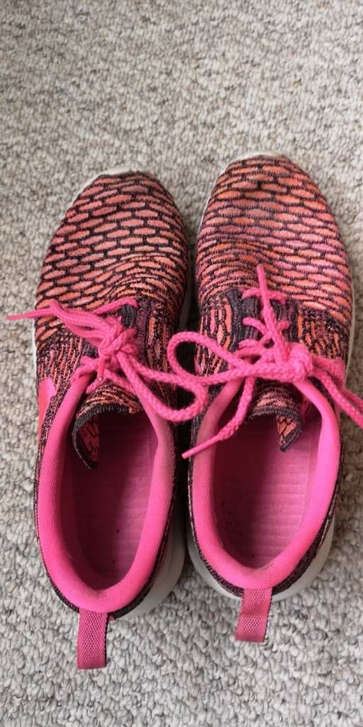 Size 5 pink flyknit roches