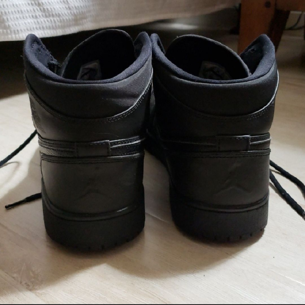 Jordan 1 mid black