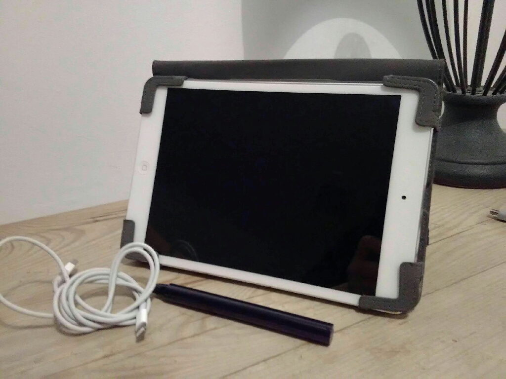 Apple ipad 1st generation includes leather case with stylus and USB charger no plug