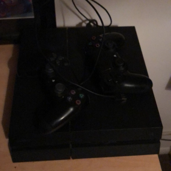 Ps4 500GB (with not update soft) + 2 controlers