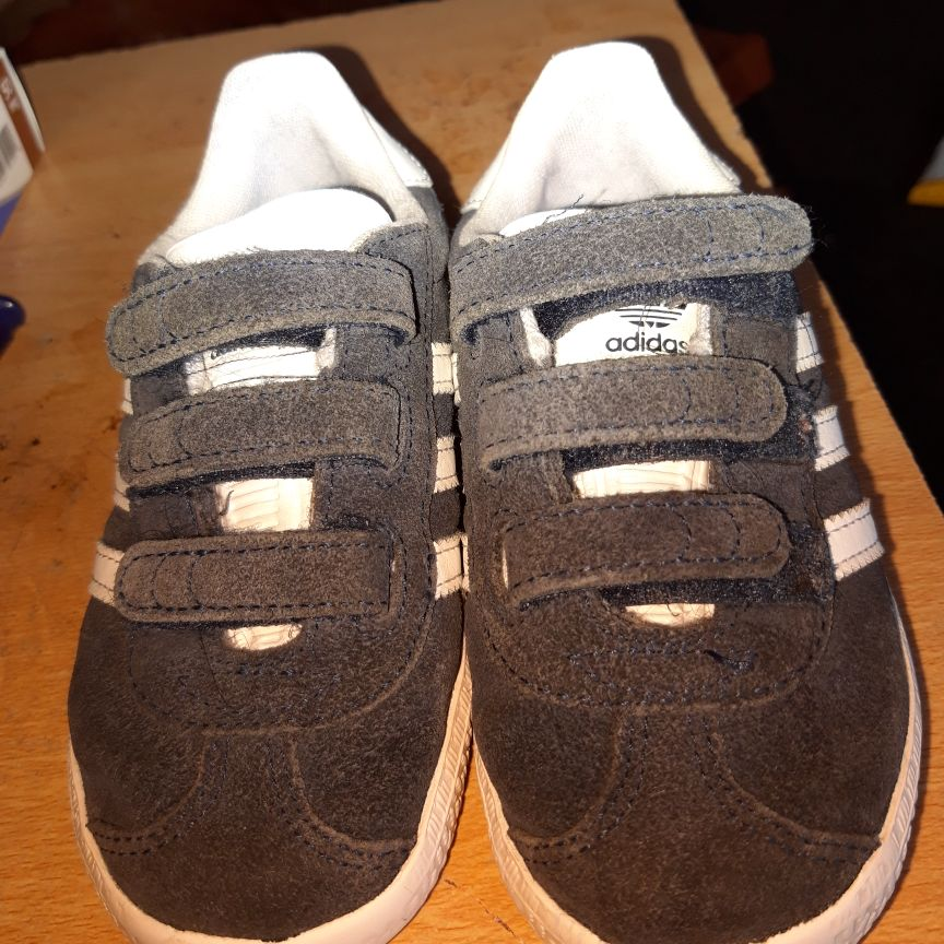 BOYS LOVELY NEW ADIDAS TRAINERS VGC