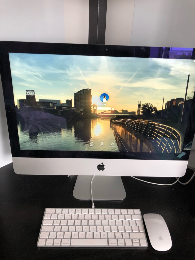Apple iMac 21.5 inch 1TB late 2015 with wireless mouse and keyboard