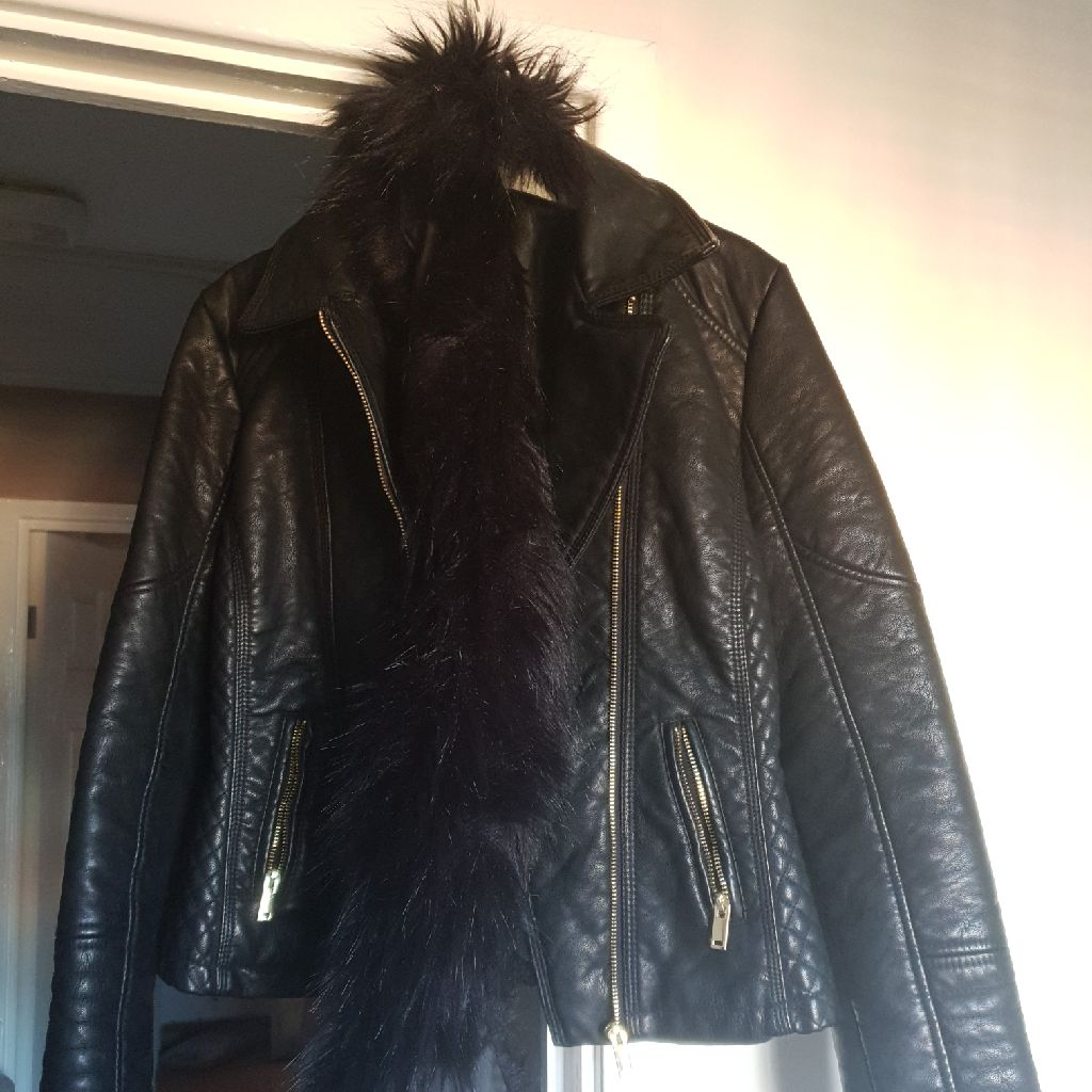 Bike jacket with detachable fur collar