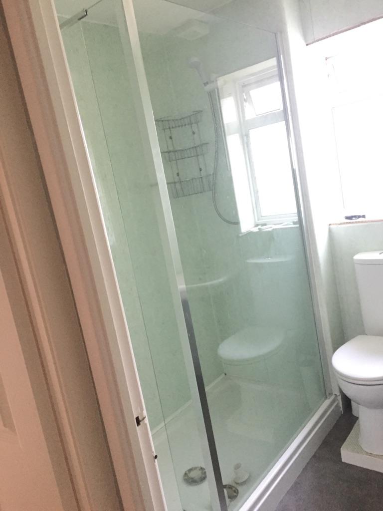 Shower tray, shower screen and washbasin