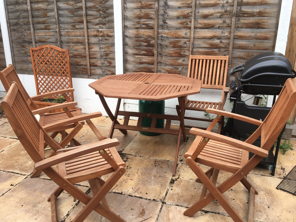 Garden setting; 4 folding chairs + table