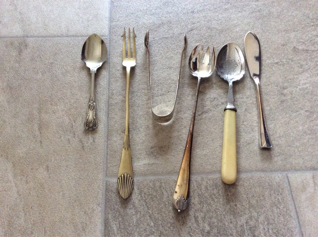 Job lot of 6 vintage jam spoons, pickle forks, sugar tongs + cake knife