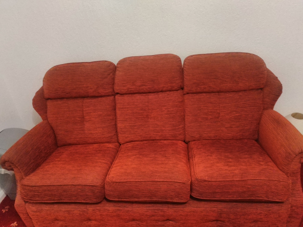 3 SEATER SOFA & MATCHING ARMCHAIR FREE TO COLLECT!!