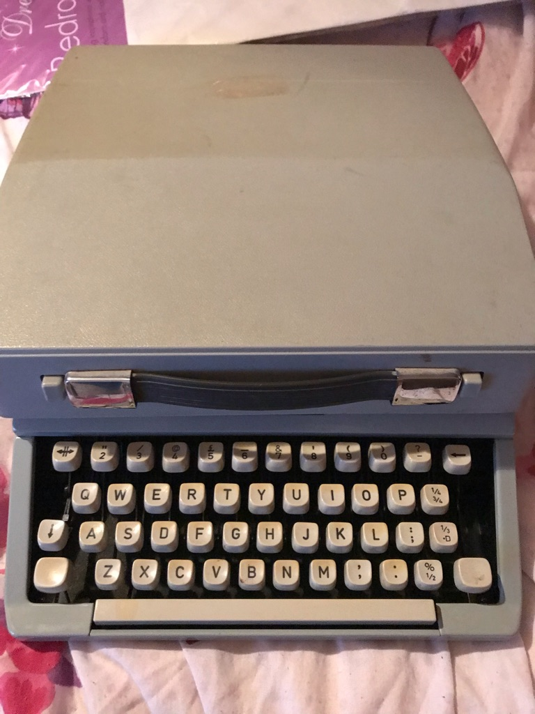 Imperial signet vintage typewriter with carry case