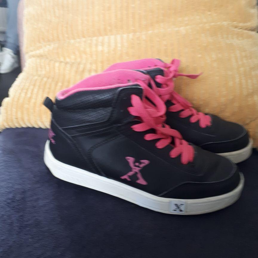 Size 3 heeleys (boot)