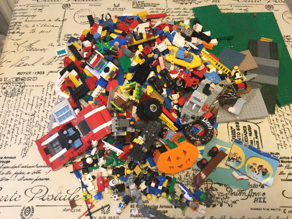 Large 4.5kg lot of Lego mixture of figures, vehicles, bricks and many other pieces