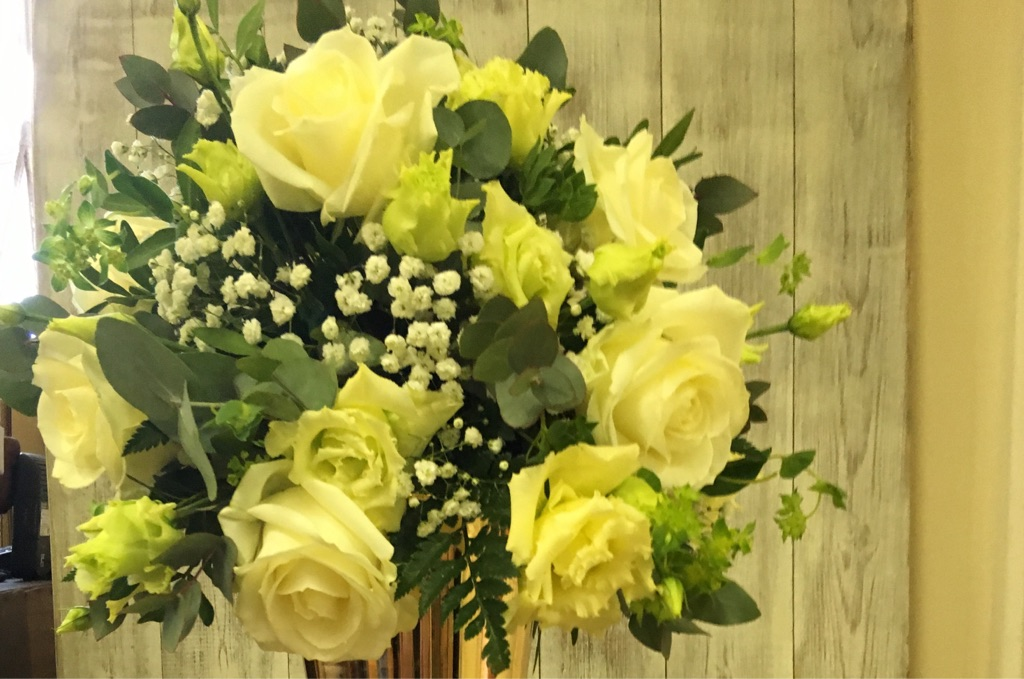 White rose table centrepiece